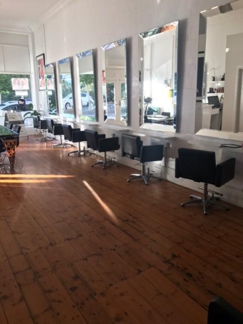 angle-mirrors-in-a-salon.jpg